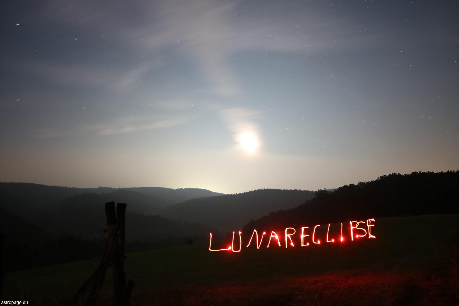 Partielle Mondfinsternis vom 16. Juli 2019 (überbelichtete Weitwinkelaufnahme). (Credit: astropage.eu)