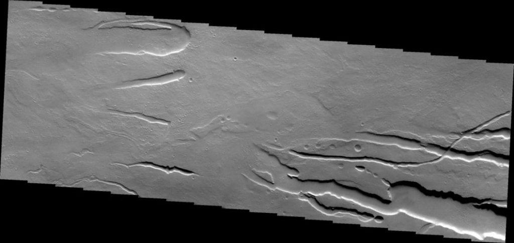 Lavakanäle am Ascraeus Mons (Courtesy of NASA / JPL / ASU)