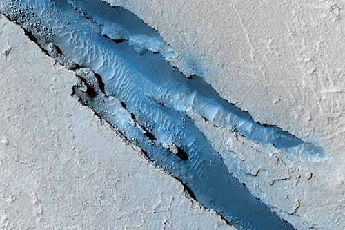 Ausschnitt von Cerberus Fossae (Courtesy of NASA / JPL / University of Arizona)