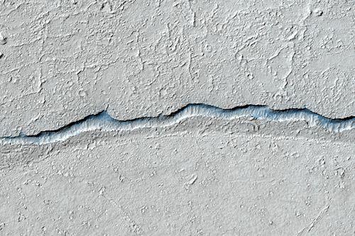 Großaufnahme des Kraterrandes (Courtesy of NASA / JPL / University of Arizona)