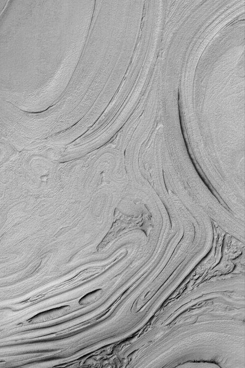 Gesteinsschichten und Muster im Hellas-Becken (Courtesy of NASA / JPL / MSSS)