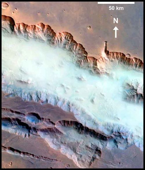 Nebel im Valles Marineris (Courtesy of ESA / DLR / FU Berlin (G. Neukum))