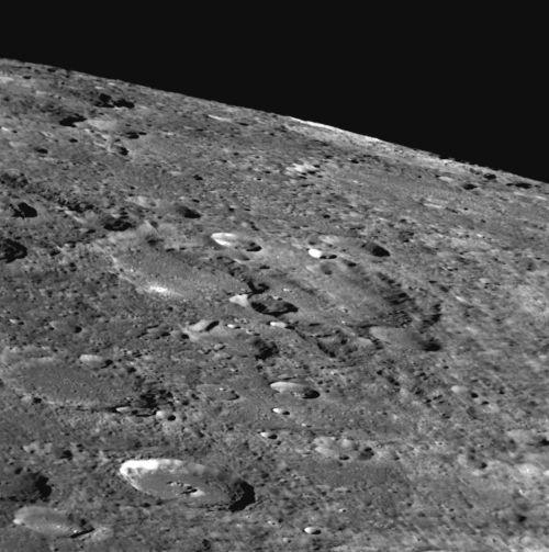 Oben: Neben ausgedehnten kraterreichen Regionen gibt es auf Merkur auch noch andere Formationen, die eine besondere Erwähnung verdienen: Auf seiner Oberfläche finden sich einige Bruchzonen und Kliffe. (Courtesy of NASA / Johns Hopkins University Applied Physics Laboratory / Carnegie Institution of Washington)