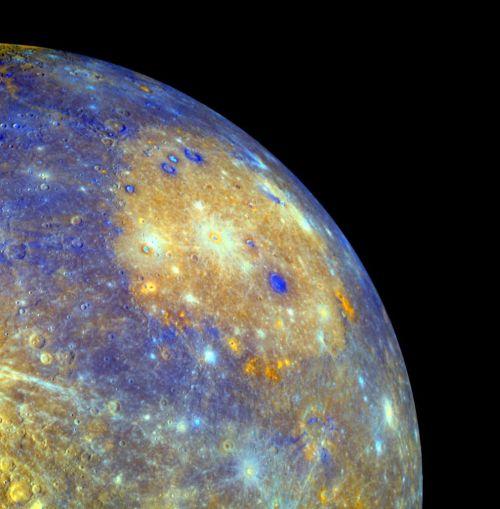 Eines dieser Ereignisse erzeugte das Caloris-Becken, hier in Falschfarben dargestellt. (Courtesy of NASA / Johns Hopkins University Applied Physics Laboratory / Carnegie Institution of Washington)