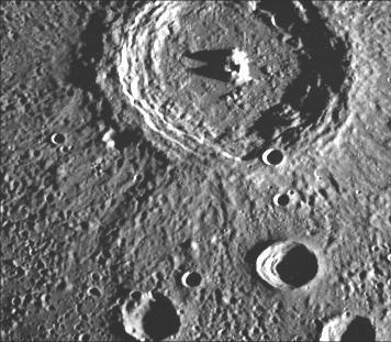 Dieser Krater ist ein Musterbeispiel: Bei einem Durchmesser von 98 Kilometern besitzt er einen sehr ausgeprägten Zentralberg und gut ausgebildete Terrassen in seinem Inneren, was für Merkur-Krater in dieser Größenordnung charakteristisch ist. (Courtesy of NASA / JPL / Northwestern University)