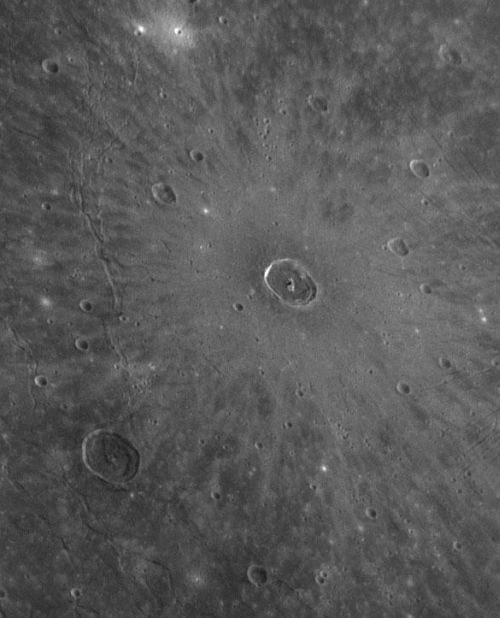 Der Krater Cunningham liegt in einer dieser Ebenen, die das Caloris-Becken auffüllen. (Courtesy of NASA/Johns Hopkins University Applied Physics Laboratory/Carnegie Institution of Washington)