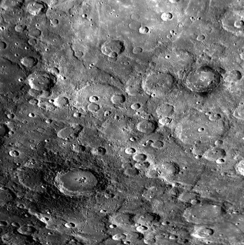 Oben: Diese zwei Aufnahmen zeigen typische Kraterlandschaften auf Merkur. (Courtesy of NASA / Johns Hopkins University Applied Physics Laboratory / Carnegie Institution of Washington)
