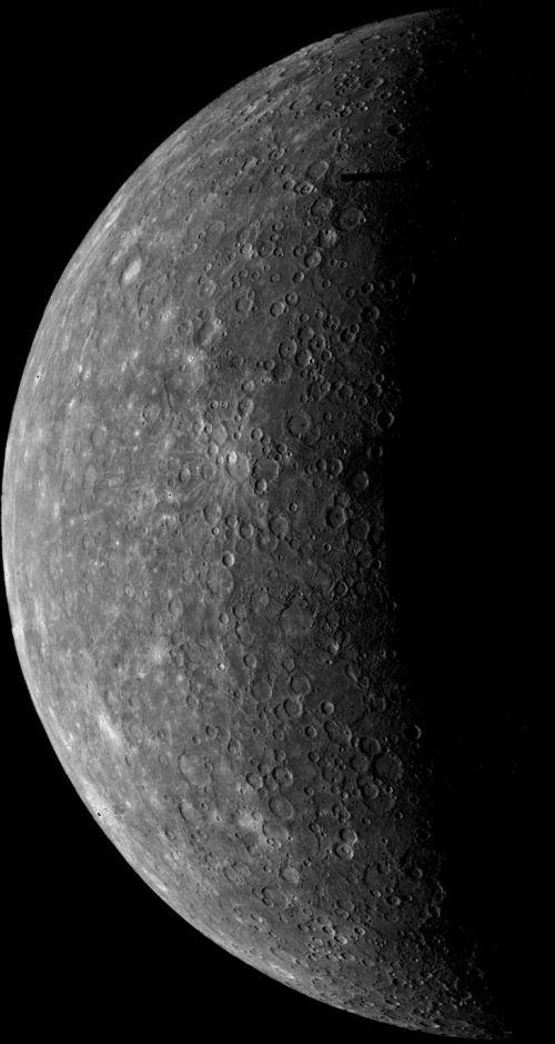 Das Bild links ist die erste Aufnahme, welche die Raumsonde Mariner 10 bei ihrem Anflug am 24. März 1974 von Merkur gemacht hat. (Courtesy of NASA / JPL / USGS)