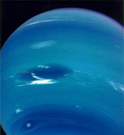 """""""Scooter"""" (die helle Wolke unten links) und der Kleine Dunkle Fleck mit seinem hellen Zentralbereich (rechts unterhalb von Scooter) (NASA / JPL)"""