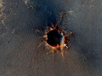 Marsrover Opportunity (Pfeil) neben dem Krater Santa Maria auf dem Mars. (NASA/JPL-Caltech/Univ. of Arizona)