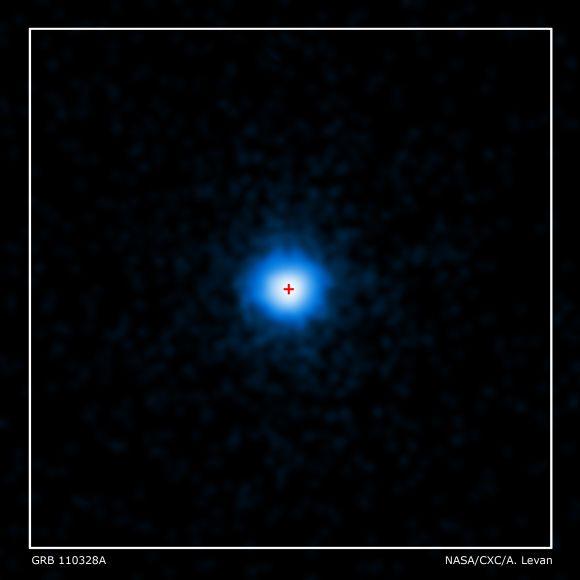 Chandras Blick auf GRB 110328A, das rote Kreuz markiert die Position der Heimatgalaxie (NASA/CXC/ Warwick/A. Levan)