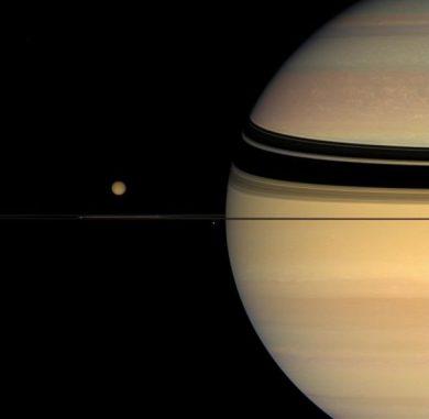 Saturn und Titan (links) (NASA / JPL-Caltech / Space Science Institute)