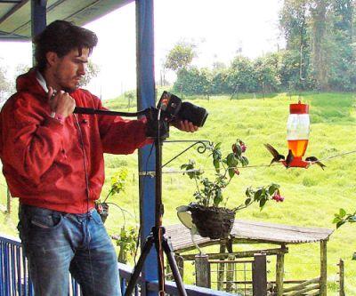 Alejandro Rico-Guevara filmt Kolibris an den präparierten Futterstellen (Alejandro Rico-Guevara)