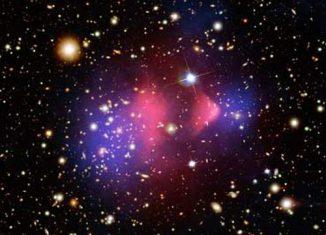 Der Bullet Cluster: heißes Gas (pink), Dunkle Materie (blau) und einzelne Galaxien (orange & weiß) (NASA/ CXC/ CfA/ M.Markevitch et al.; NASA/ STScI; Magellan/ U.Arizona/ D.Clowe et al.; NASA/ STScI; ESO WFI; Magellan/ U.Arizona/ D.Clowe et al.)