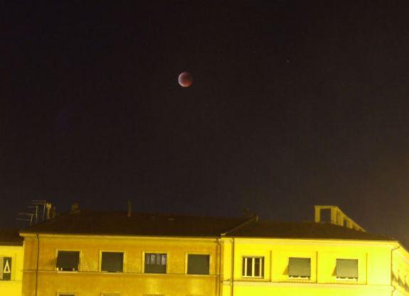 Totale Mondfinsternis vom 15. Juni 2011 / Pisa, Italien (@UgoRom via Twitter)