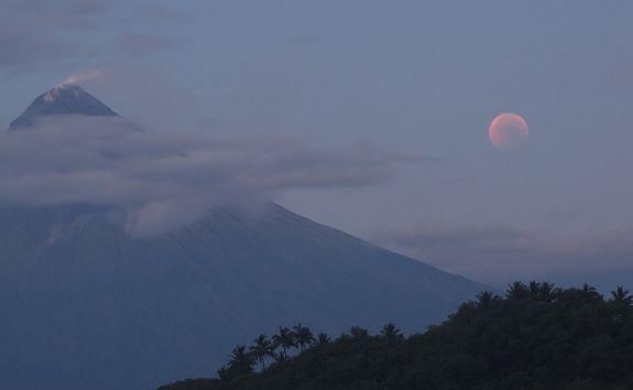 Totale Mondfinsternis vom 15. Juni 2011 / Albay, Philippinen (David Matthews)