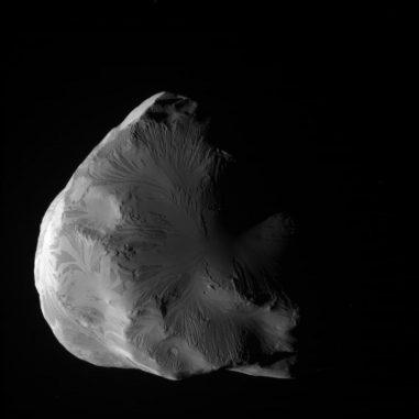 Rohbild des Saturnmondes Helene, aufgenommen von Cassini am 18. Juni 2011 (NASA / JPL-Caltech / Space Science Institute)