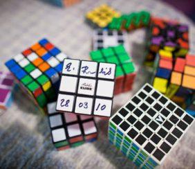 Zauberwürfel mit der Unterschrift seines Erfinders Erno Rubik (Photo: Dominick Reuter)