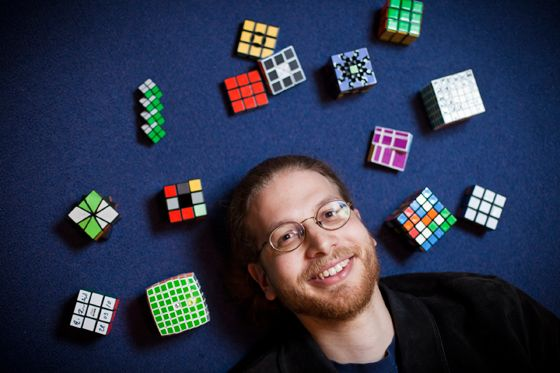Erik Demaines Sammlung umfasst Zauberwürfel mit fünf, sechs und sieben Quadraten pro Reihe (Photo: Dominick Reuter)