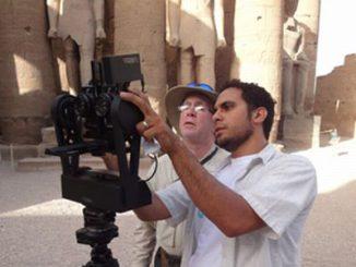 Tom DeFanti und KAUST Wissenschaftler Adel Saad bauen die CAVEcam am Tempel von Luxor auf (UCSD)