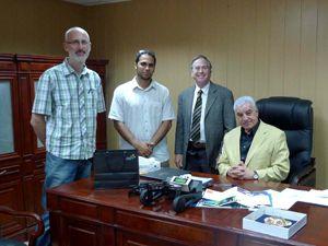 Greg Wickham (links), Saad und DeFanti mit Zahi Hawass, Ägyptens Minister für Altertümer-Angelegenheiten (rechts)