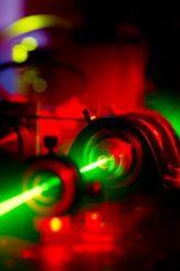 Der grüne Laserstrahl verlässt den Rubinkristall (University of Glasgow)