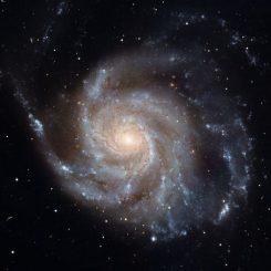 Spiralgalaxie, die sich gegen den Uhrzeigersinn dreht (NASA / ESA)