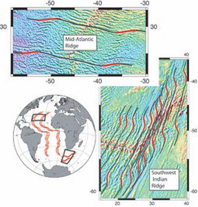 Gravitationsfeldmessungen über dem Zentralatlantik (oben) und dem Südwestindischen Rücken (rechts). Der Globus unten links zeigt die Positionen der Messungen an. (Scripps Institution)