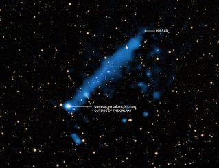 Der Schweif des Neutronensterns PSR J0357+3205 (X-ray: NASA / CXC / IUSS / A.De Luca et al; Optical: DSS)