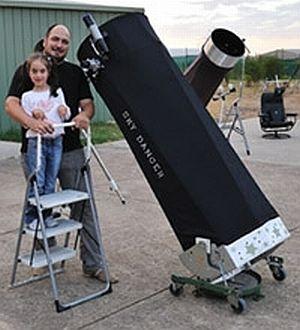 Alex Cherney und seine Tochter Milana auf dem Beobachtungsposten der Mornington Peninsula Astronomical Society (Alex Cherney)