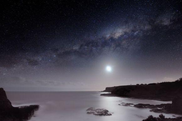 Die Milchstraße und der Mond über Flinders, einer schönen historischen Stadt auf der Mornington Halbinsel südlich von Melbourne, Victoria (Alex Cherney)