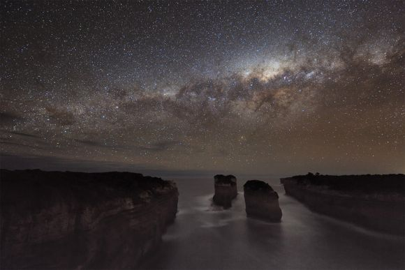 Die Milchstraße über der Shipwreck Coast, Schöne Küstenlinie Victorias mit Kalksteinformationen. Heimat der Zwölf Apostel. (Alex Cherney)