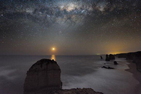 Die Milchstraße und der Monduntergang über der Shipwreck Coast. (Alex Cherney)