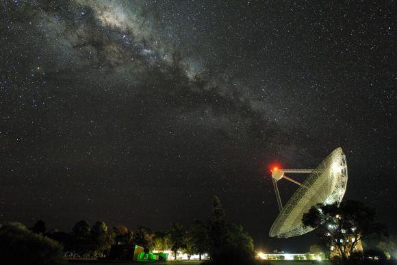 """Die Milchstraße über """"The Dish"""", einem bekannten Radioteleskop in Parkes, New South Wales. Es misst 64 Meter im Durchmesser und benötigt 15 Minuten für eine komplette Drehung um 360 Grad. Es ist das zweitgrößte bewegliche Radioteleskop der südlichen Hemisphäre. (Alex Cherney)"""