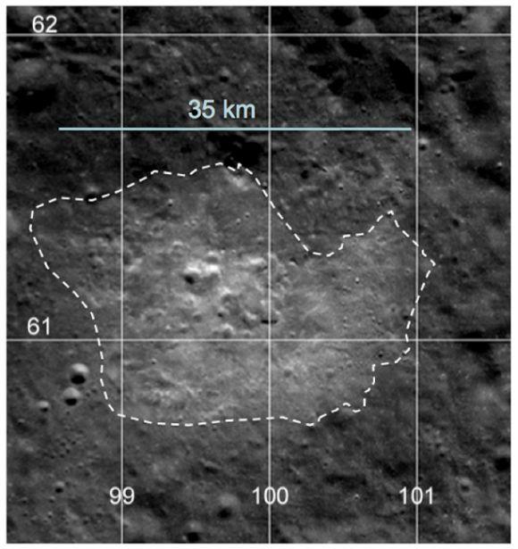 Kameras an Bord des LRO zeigten ein relativ hohes Reflektionsvermögen der Compton-Belkovich Formation im sichtbaren Licht. Sie enthüllten auch einige ungewöhnliche Strukturen im Zentrum der Anomalie (NASA / GSFC / ASU / WUSTL, processing by S. Wiseman and B. Jolliff)