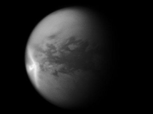 Pfeilförmige Wolkenformation auf Titan (NASA/JPL/SSI)