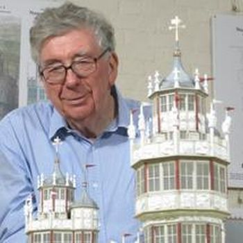 Prof. Biddle mit dem Modell von Nonsuch Palace (Univ. of Oxford)