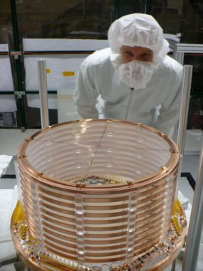 Ein sehr sauberer Knut Skarpaas, SLAC-Ingenieur, mit einer Hälfte des EXO-200-Detektors (Photo courtesy of the EXO Collaboration)
