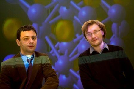 Artem R. Oganov (links), Professor am Department of Geosciences and Physics und sein Mitarbeiter Dr. Andriy O. Lyakhov (Stony Brooks University)