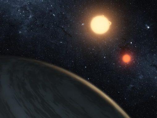 Künstlerische Darstellung von Kepler-16b, dem ersten Planeten, der definitv zwei Sterne umkreist (NASA / JPL-Caltech / T. Pyle)