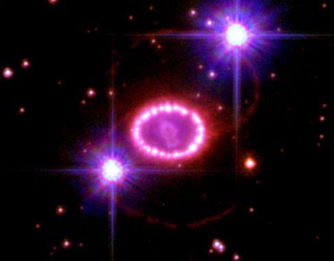 Der Supernova-Überrest SN 1987A (NASA, ESA, P. Challis and R. Kirshner (Harvard-Smithsonian Center for Astrophysics))