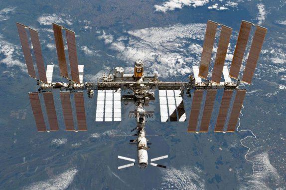 Die Internationale Raumstation ISS am 7. März 2011, fotografiert von Bord des Space Shuttle Discovery (NASA)