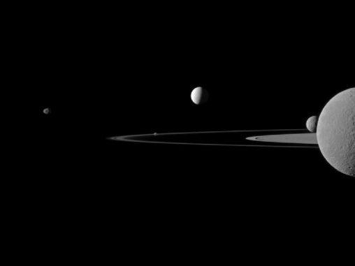Fünf Saturnmonde auf einem Bild, aufgenommen von der Raumsonde Cassini (NASA / JPL-Caltech / Space Science Institute)