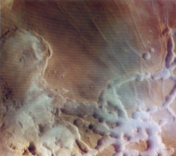 Nebel in den Schluchten von Noctis Labyrinthus (rechts), aufgenommen von der Raumsonde Viking 1 (NASA / JPL / USGS)