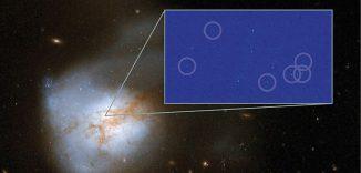 Hubble-Aufnahme der Galaxie Arp 220 (großes Bild). Das kleine Bild zeigt einige der neu entdeckten Supernova in einem 250 Lichtjahre großen Ausschnitt. (NASA, ESA, Hubble Heritage Team, Chalmers)