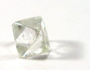 Ungeschliffener Diamant, ein Kohlenstoff-Allotrop (Rob Lavinsky / iRocks.com)