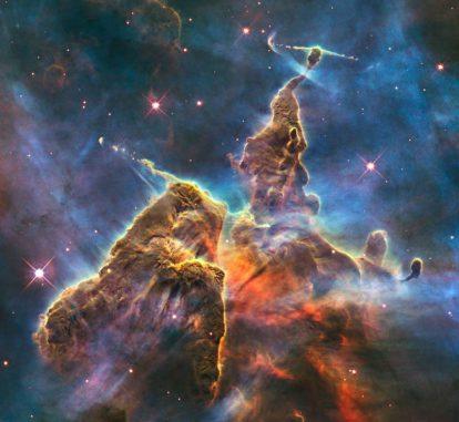 Eine gigantische Säule aus Gas und Staub im Carinanebel NGC 3372 (NASA, ESA, M. Livio and the Hubble 20th Anniversary Team (STScI))