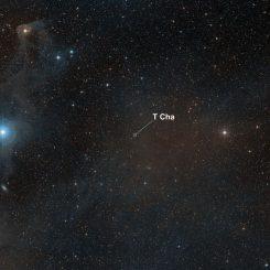 Weitfeldansicht des Himmels um den jungen Stern T Cha. (ESO and Digitized Sky Survey 2. Acknowledgment: Davide De Martin)
