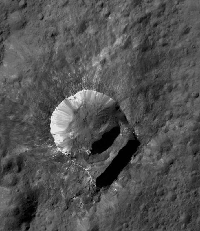 Der Krater Oxo. (NASA / JPL-Caltech / UCLA / MPS / DLR / IDA / PSI)