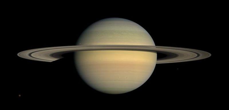 Saturns relativ homogenes Erscheinungsbild in natürlichen Farben (Courtesy of NASA / JPL / Space Science Institute)